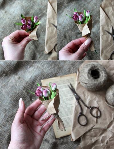Đầu tiên, để làm thiệp bạn hãy cho hoa vào tờ giấy nâu và buộc bên dưới bằng dây cói