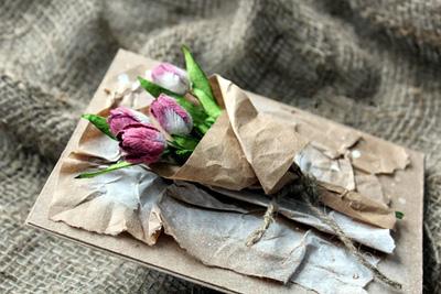 Bạn hãy dán bó hoa lên tờ giấy tấm thiệp là được rồi này