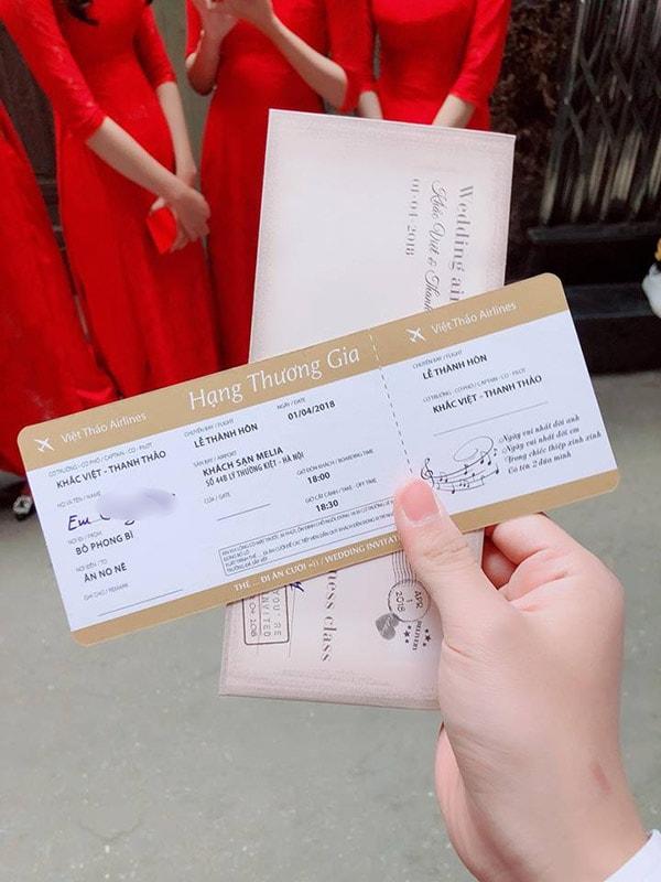 mẫu thiệp cưới như vé máy bay hạng thương gia rất độc đáo của ca sĩ Khắc Việt